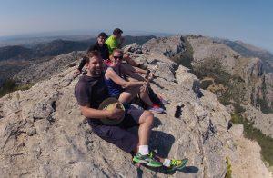 Wohlverdiente Gipfel-Pause auf einer Höhe von 1093 Metern.