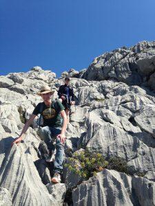 Der Abstieg bis zur Quelle erfordert viel Konzentration und Ausdauer: ist er doch durch sehr scharfkantige Felsen und tiefe Spalten zwischen den Steinen charakterisiert. Hier sollte man nicht Fehltreten!
