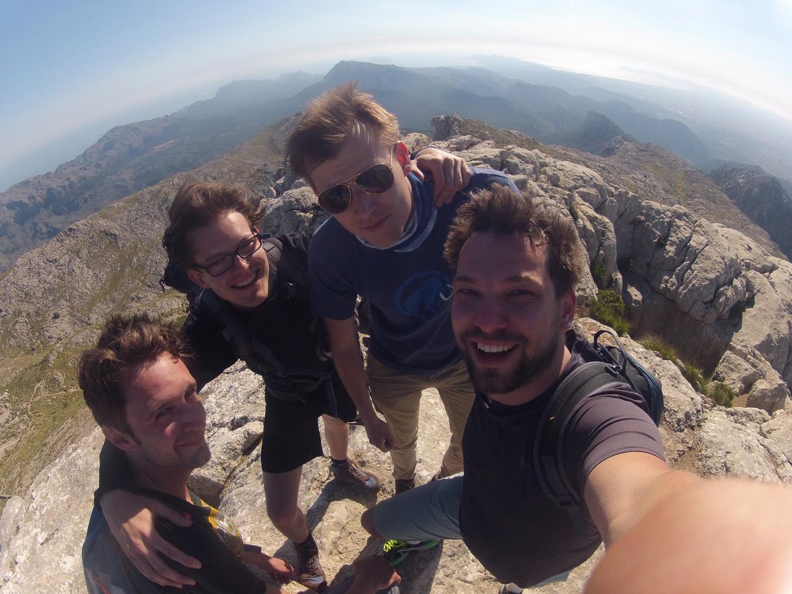 Ein Selfie der vier Gipfel-Bezwinger darf nicht fehlen.