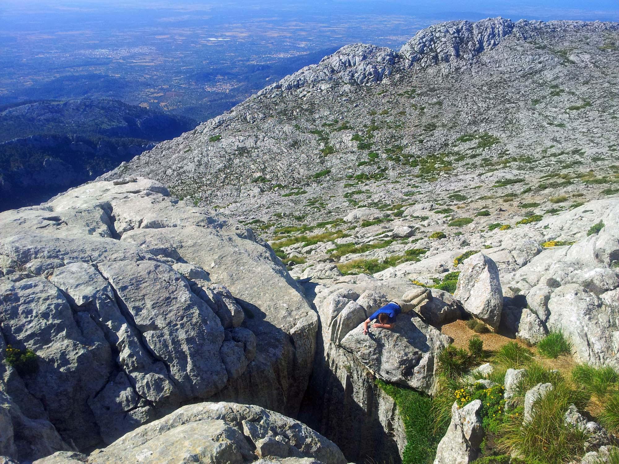 Unweit des Gipfels befindet sich ein circa 25 Meter tiefer Karstschacht, der nicht abgesichert ist. Hier sollte man große Vorsicht walten lassen!