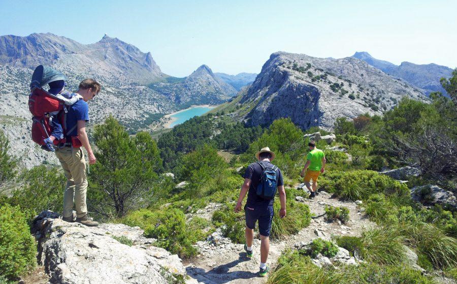 Mit einem Spezialrucksack ist die Bergtour auch für Kleinkinder machbar.