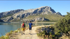 Am Nordufer des Cúber-Sees Richtung geht es Richtung Puig de l'Ofre