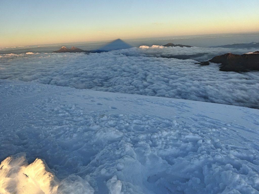 04-cotopaxi-ecuador-besteigung-gipfel-schatten-wolken
