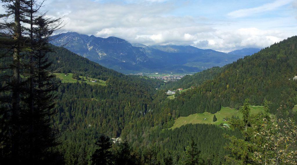 Der Aufstieg lohnt sich: Traumhafter Panoramablick vom Kälbersteig Richtung Partnachklamm und Garmisch-Partenkirchen.
