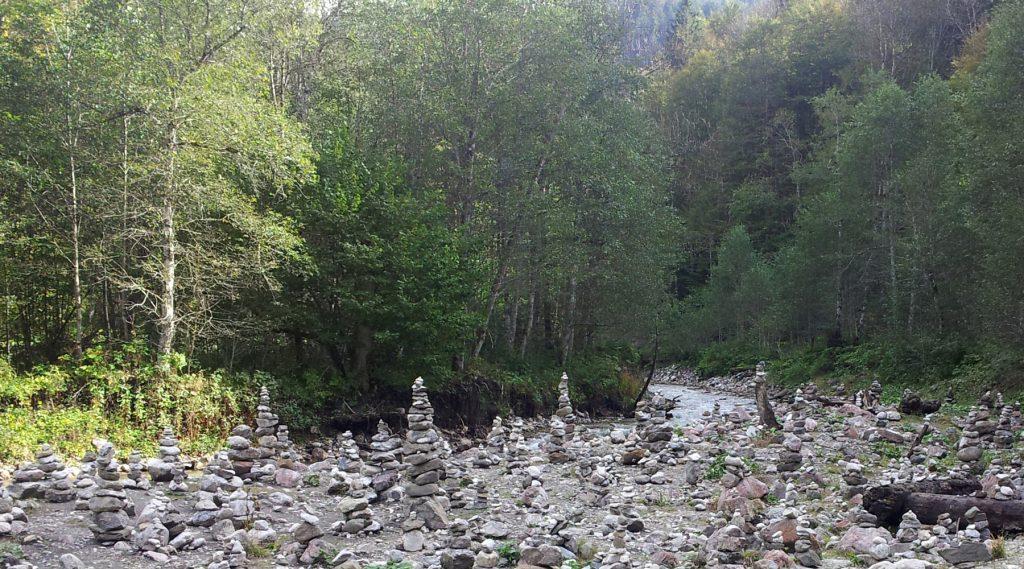 Nahe der Steinmännchen am Ufer des Ferchenbach, der in der Partnach mündet, geht es rechts weg zum Einstieg des Kälbersteigs.