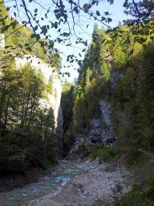 Der Blick zurück ist ebenfalls imposant, da man die Höhe der Felsen nun besser erfassen kann.