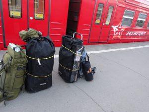 03_gepäck_anreise_kajak_russland_fluss_wildnis_outdoor_wandern